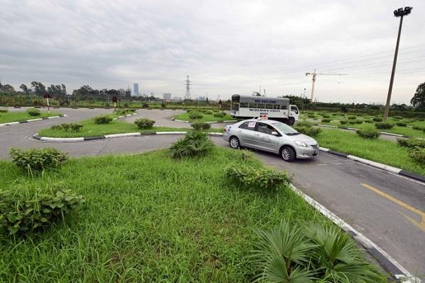 Lái xe qua đường vòng quanh co